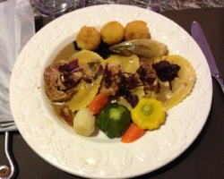 Filets de cailles, ravioles au foie gras, chicons braisés, patissons et carottes glacées