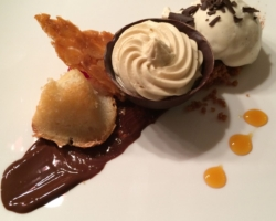 Mousse au chocolat blanc, praline de mangue, nougatine et rocher coco