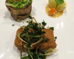 Croquette aux crevettes, jeunes oignons et persil frit, chips de salsifis