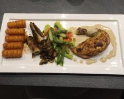 Suprême de pintade crème d'artichauts, jardinière de légumes et croquettes