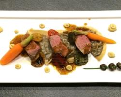 selle d'agneau jus tandoori, ravioli de caviar d'aubergines, poivrons grillés, jeunes carottes