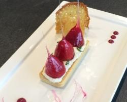 Tartelette sablée aux noisettes, mousse de rhubarbe, fraises d'amour