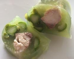 filets de maquereaux fumés en gelée de concombre, asperges, pois, crème de wasabi et sauce acidulée aux herbes