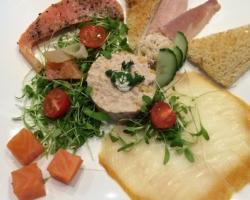 Pêche au thon, poisson fumé (cœur de saumon d'Ecosse), cressonnette en vinaigrette de Chardonnay
