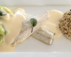 Filet de bar sauce mousseline, asperges du pays, risotto.