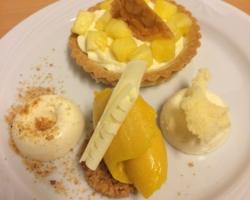 Tartelette sablée à la mousse de citron et ananas infusé menthe/verveine, mousse de chocolat blanc & biscuit éponge, nougatine et sorbet à la mangue