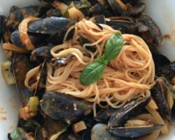 Spaghetti et moules de corde, sauce tomate/crème/aïl/échalotes/coriandre