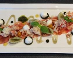 Chair de baby homard fumé et crevettes grises sur carpaccio de tomates, mozzarella, gelée de basilic, pesto, grana padano