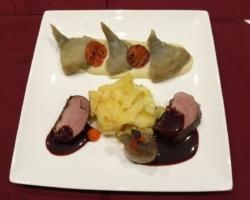 Canard, écrasé de topinambours, artichauts, poivron grillé, échalotte et gelée de poivron fumé, gratin dauphinois, sauce à la violette