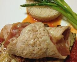 Roulade de volaille/jambon fumé/cheddar, asperges vertes du pays, riz