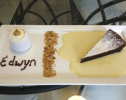 Gâteau au chocolat, crème anglaise, amandes torréfiée, crème fraiche et noisette d'amour