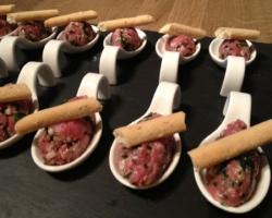 Tartare de boeuf à l'italienne (roquette/parmesan/huile de truffe), grissini