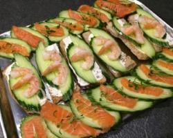 Toast au saumon/concombre/crevettes roses