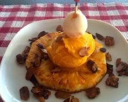 Ananas caramélisé, sorbet mangue et sucette (mangue/chocolat blanc), amandes grillées