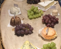 Etivaz, Sarte mi-vieux, Camembert, Brie de Meaux, Taupinière, Crottin de Chavignol, Chablis, Délice de Pommard, Fourme d'Ambert