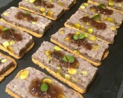 Terrine de chevreuil à la pistache, confit d'échalotte