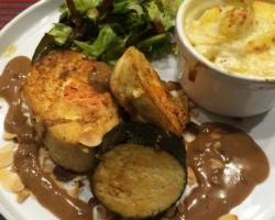 Duo de maki et de mousseline de poisson au coeur saumoné, gratin, salade de jeunes pousses