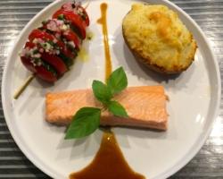 Truite saumonée, tomate/concombre, pomme macaire