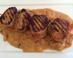 ochette de boeuf. La sauce Radio-Riva (tomates, champignons, oignons, fond de veau, poivre vert, moutarde, Cognac, curry doux, crème)