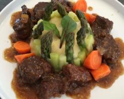 Daube de chevreuil, confit dans un fond maison/sauce soja/cassonade/oignons. Purée de panais et asperges
