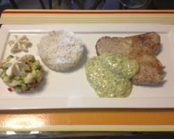Mi-cuit de thon sauce crème/herbes, riz jasmin, tartare de légumes et espuma au raifort