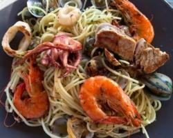 Spaghetti vongole persil/aïl/vin blanc, Gambas, encornets, calamares et thon rouge (mi-cuit)
