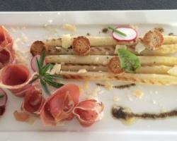 Salaison italienne, asperges de Flandre, copeaux de Fiore Sardo, croûtons et tapenade olives/poivrons/piment d'Espelette, huile à la tartufata