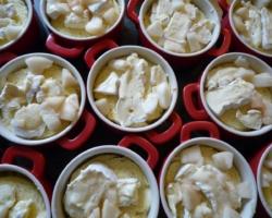 Cocotte de pain brioché au camembert et émincés de poires