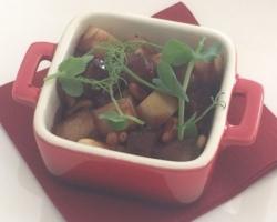 Autruche (cuit basse temp.), panais, pignons de pin torréfiés, sauce aux baies rouges et noires, violette et piment d'Espelette