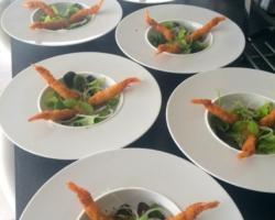Crevettes Torpedo, oignons roses et jeunes pousses vinaigrette à la moutarde wasabi & sésame, compote de citron & yuzu